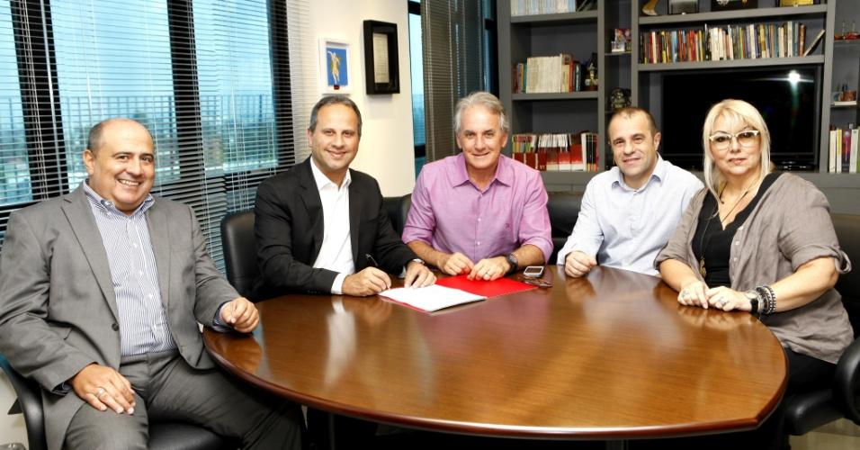 12.fev.2014 - Otávio Mesquita assina contrato com o SBT
