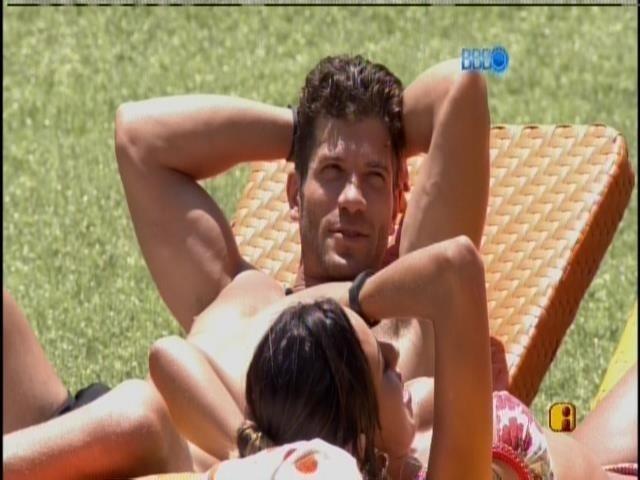 12.fev.2014 - Roni se junta a Tatiele e Letícia na beira da piscina