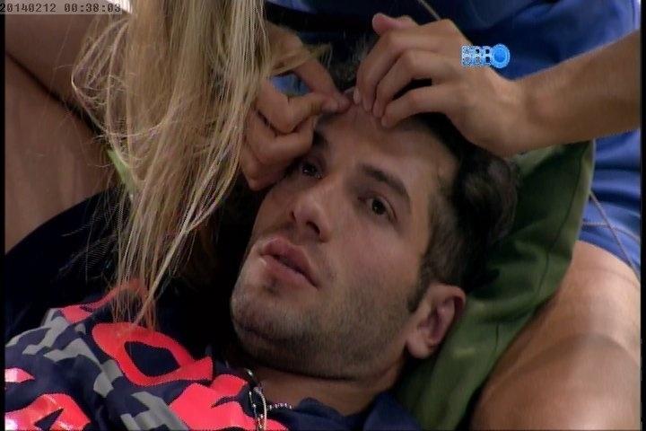 12.fev.2014 - Tatiele aperta cravinhos da testa de Roni