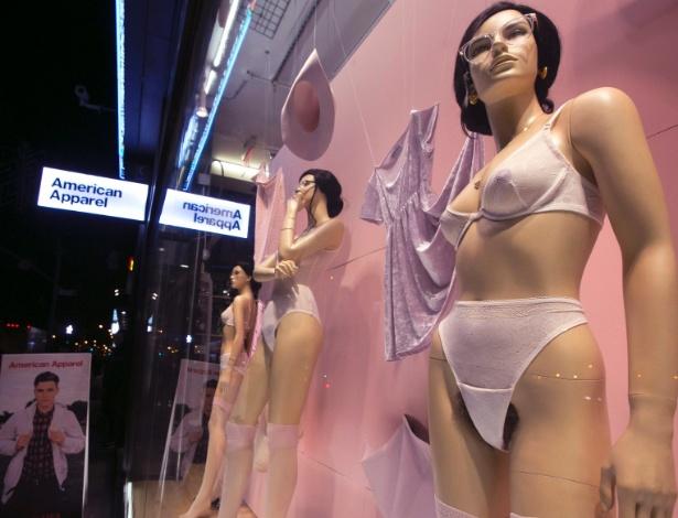 Manequins com pelos pubianos fartos e aparentes causaram polêmica na vitrine da loja American Apparel, no bairro do Soho, em Nova York - REUTERS/Brendan McDermid