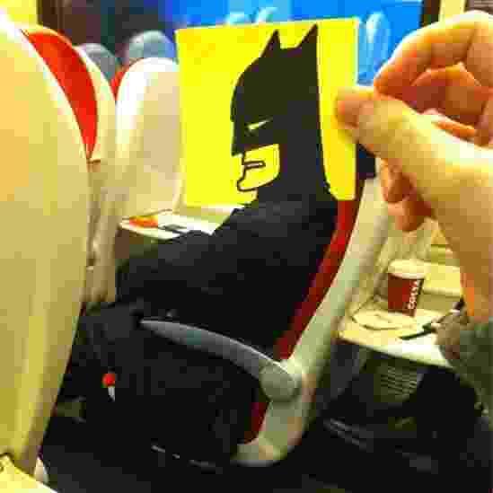 """O desenhista britânico October Jones gosta de aproveitar suas viagens de trem pela Inglaterra para desenhar carinhas bem-humoradas para """"colar"""" aos rostos de seus colegas passageiros - October Jones/Reprodução"""