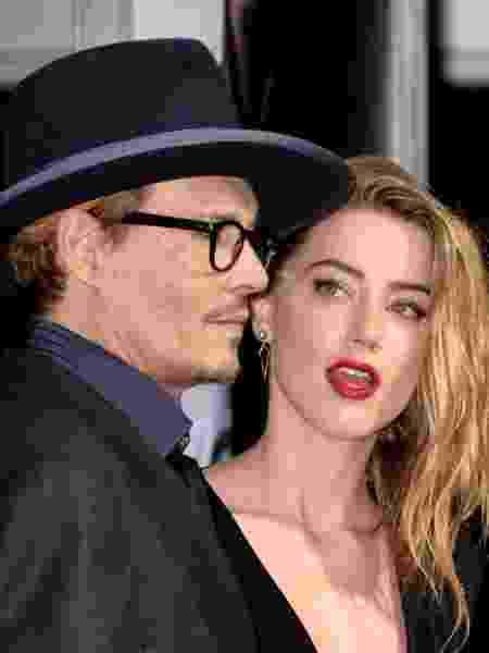 """12.fev.2014 - Johnny Depp e Amber Heard posam abraçados na première de """"3 Days to Kill"""", em Hollywood - Jason Merritt/Getty Images"""