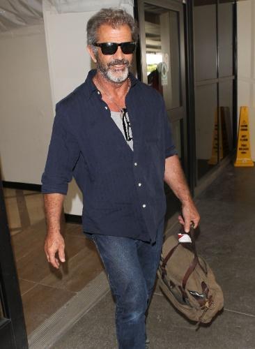 12.fev.2014 - Mel Gibson aparece com novo visual ao desembarcar no aeroporto de Los Angeles: bronzeado e com uma barba grisalha