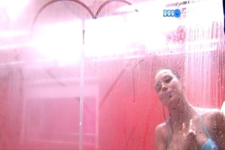 13.fev.2014 - Após o ofurô, sorridente, Marcelo observa Letícia tomando banho e se oferece: