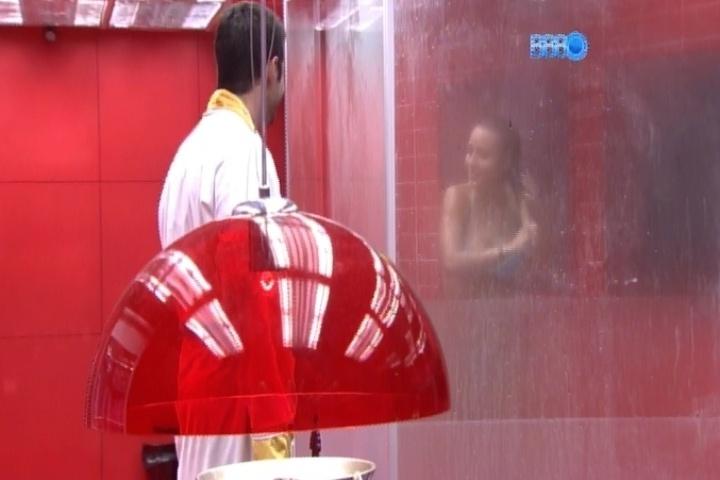 """13.fev.2014 - Após o ofurô, sorridente, Marcelo observa Letícia tomando banho e se oferece: """"quer ajuda para esfregar as costas?""""; a sister diz """"não"""", mas desenha um coração no box do banheiro"""