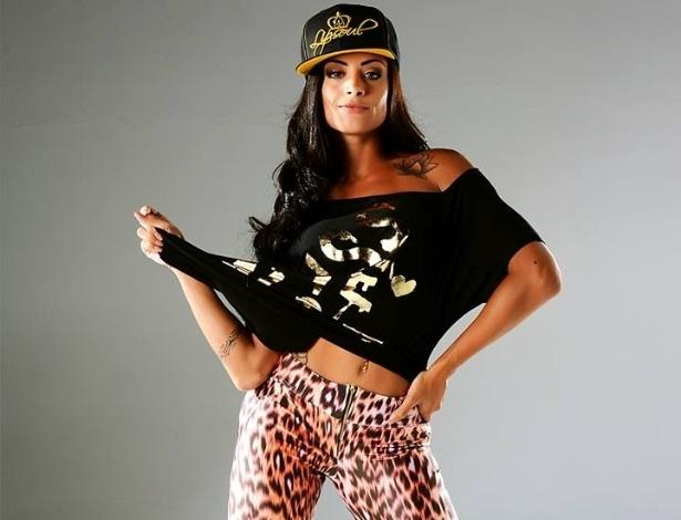 """13.fev.2014 - Bailarina do programa """"Domingão do Faustão"""", Aline Riscado exibiu a boa forma em ensaio de moda fitness"""