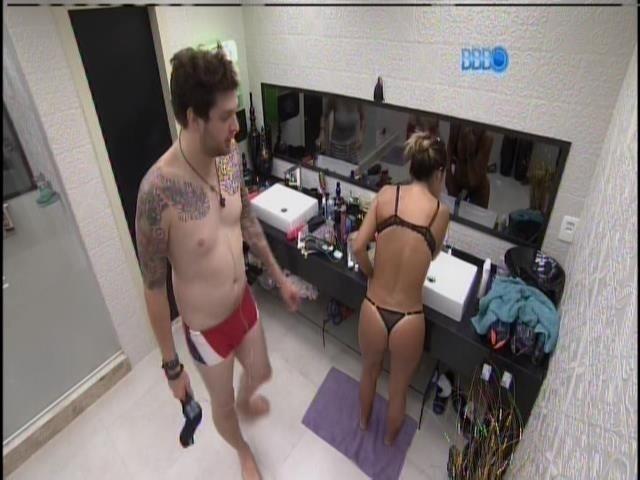 13.fev.2014 - Cássio chega no banheiro e vê Letícia de calcinha