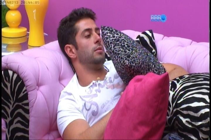 13.fev.2014 - Deitado na sala, Marcelo reclama de dor de barriga