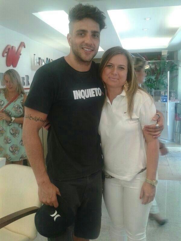 13.fev.2014 - Depois de cortar os cabelos, Junior posa em salão de beleza no Rio.