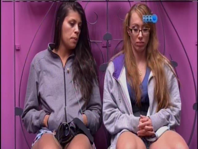 13.fev.2014 - Franciele e Aline aguardam para entrarem no confessionário