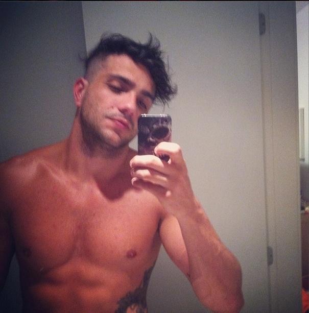 13.fev.2014 - Junior posta foto sem camisa e escreve: