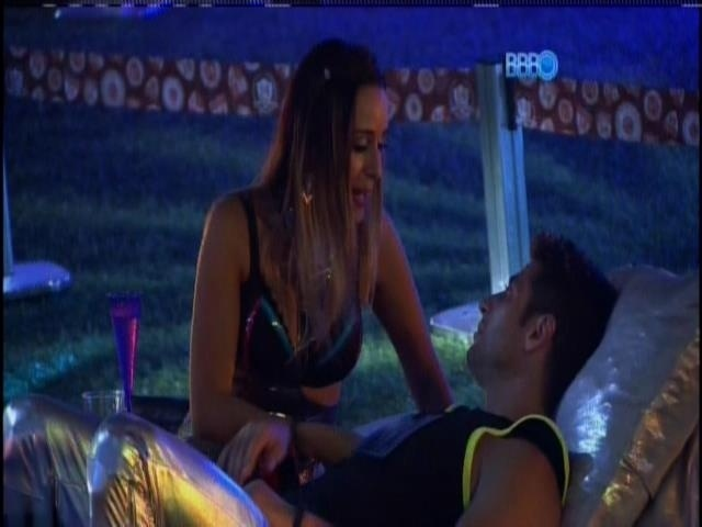 13.fev.2014 - Letícia conversa com Marcelo durante a festa