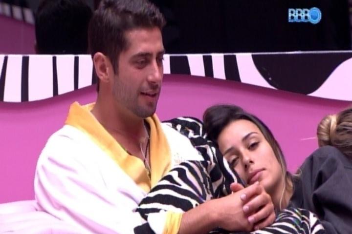 13.fev.2014 - Letícia deita no ombro de Marcelo e diz: