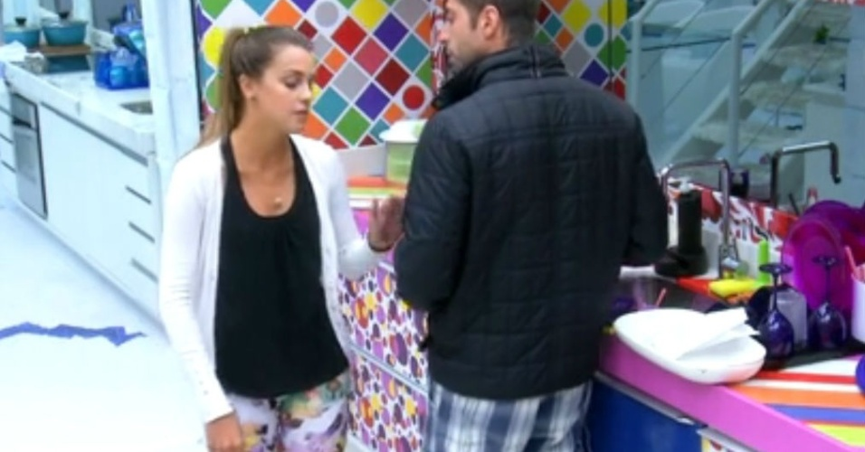 13.fev.2014 - Marcelo e Angela discutem a relação na cozinha da casa-grande