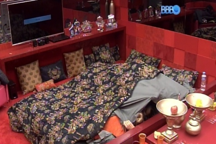 13.fev.2014 - Marcelo vai para debaixo do edredom com Letícia e Tatiele no quarto do líder