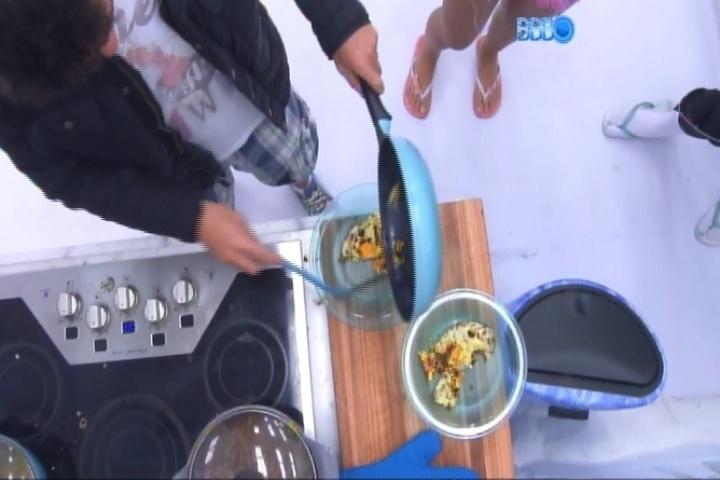 """13.fev.2014 - Na cozinha da Sibéria, Marcelo tenta mostrar dotes culinários e queima ovo e arroz: """"Queimado, não. Mais passadinho"""", discorda o curitibano"""