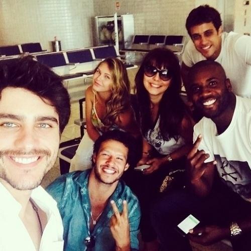 13.fev.2014 - O ator Guilherme Leicam publicou foto, em seu Instagram, no aeroporto do Rio de Janeiro antes de pegar o avião para Brasília, com os colegas Nando Rodrigues, Louise Tuani, Simone Soares, Ronny Kriwat e Rafael Zulu