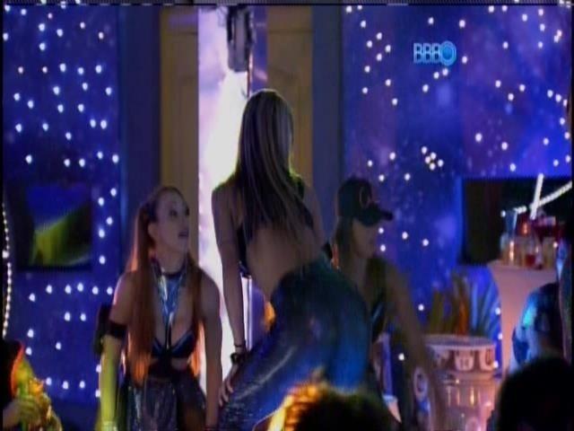 13.fev.2014 - Vanessa, Aline e Tatiele 'quebram tudo' na festa
