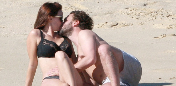 "Johnny Galeck, de ""The Big Bang Theory"", beija a namorada Kelli Garner, na praia de Cabo San Lucas, no México"