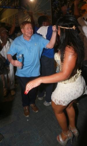13.fev.2014 - À frente da bateria, Boni cai no samba ao lado da rainha de bateria Rayssa Oliveira na quadra da Beija-Flor, em Nilópolis