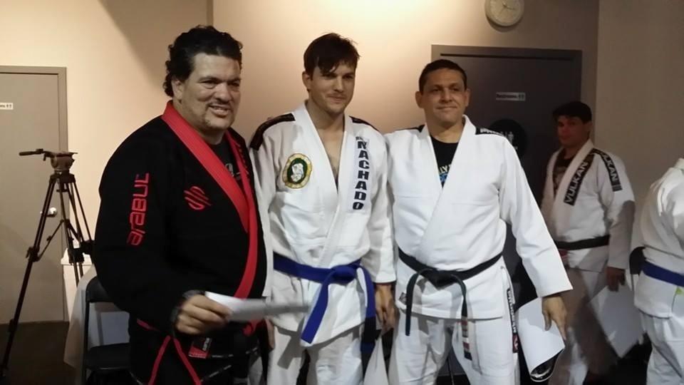13.fev.2014 - Ashton Kutcher conquistou a faixa azul no jiu-jitsu. A imagem foi divulgada por Rigan Machado, brasileiro que ensina a luta nos Estados Unidos