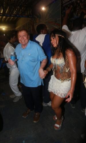 13.fev.2014 - Boni cai no samba ao lado da rainha de bateria Rayssa Oliveira na quadra da Beija-Flor, em Nilópolis