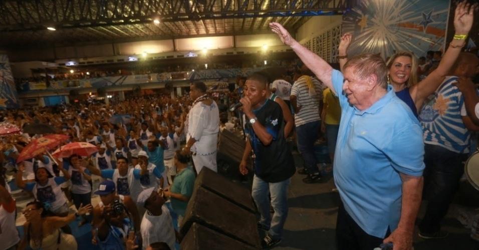 13.fev.2014 - Boni cai no samba durante ensaio na quadra da Beija-Flor, em Nilópolis