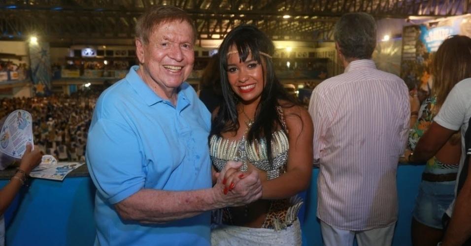 13.fev.2014 - Boni posa ao lado da rainha de bateria Rayssa Oliveira na quadra da Beija-Flor, em Nilópolis