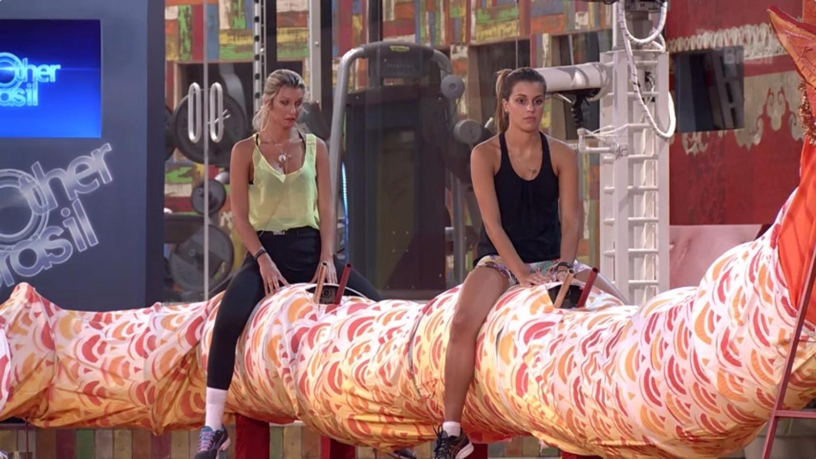 13.fev.2014 - Tatiele e Angela também se concentraram durante a prova de equilíbrio e resistência na disputa pelo líder do
