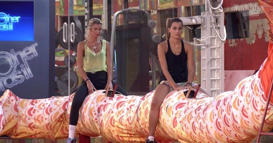 """13.fev.2014 - Tatiele e Angela também se concentraram durante a prova de equilíbrio e resistência na disputa pelo líder do """"BBB14"""""""