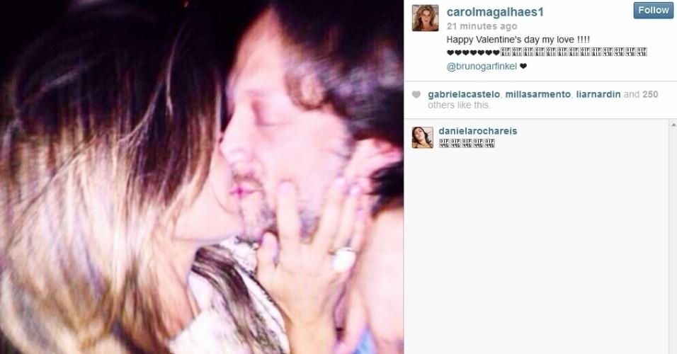 14.fev.2014 - Carol Magalhães, e o namorado, o empresário Bruno Garfinkel, celebraram o