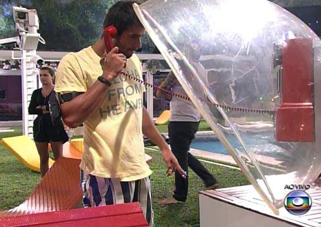 14.fev.2014 - Diego atendeu ao Big Fone e está automaticamente no paredão; ele pôs uma pulseira em Aline, que significa o voto dele no domingo