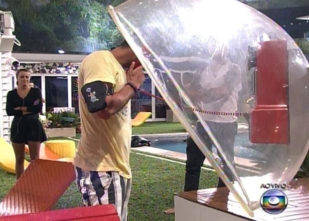 14.fev.2014 - Diego atendeu ao Big Fone e está automaticamente no paredão. Ele pôs uma pulseira em Aline, que significa seu voto no domingo