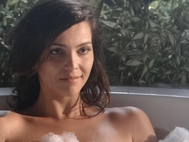 """14.fev.2014 - """"Em Família"""", Marina toma banho na frente de Clara"""