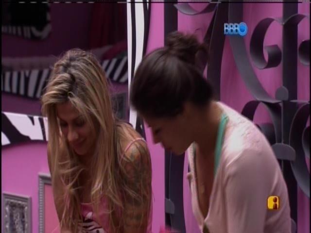 14.fev.2014 - Enquanto Franciele e Letícia falam, Vanessa fica muda para cumprir promessa