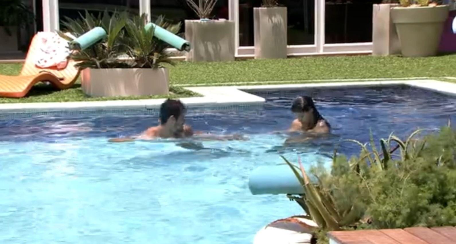 14.fev.2014 - Franciele e Diego se divertem na piscina