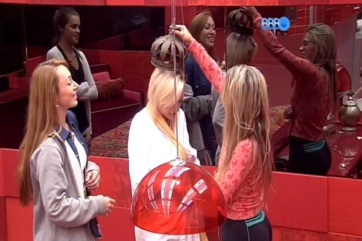 14.fev.2014 - Vanessa coroa Clara após vencer a prova do líder
