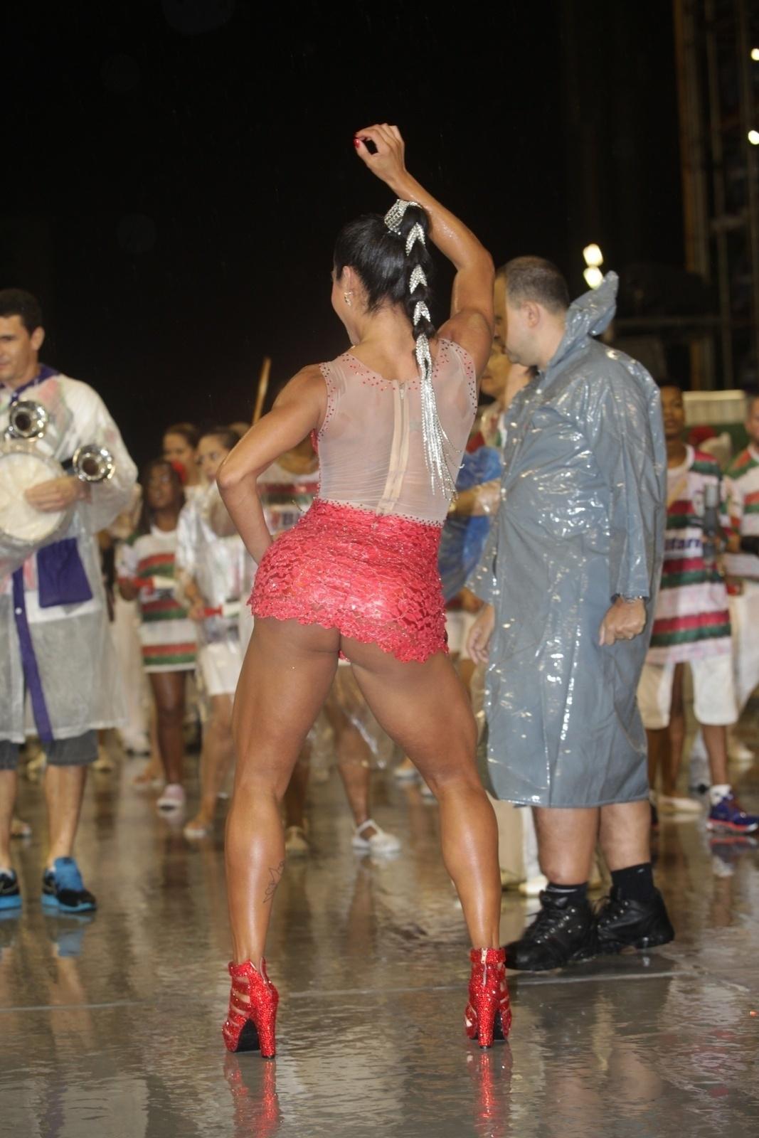 14.fev.2014 - Debaixo de chuva, Gracyanne Barbosa no ensaio técnico da X-9 Paulistana no Anhembi, em São Paulo