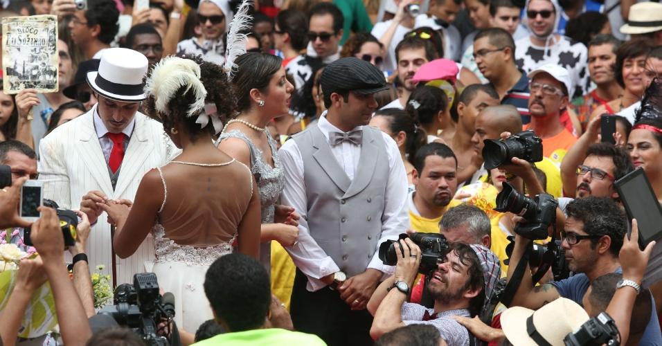 """15.fev.2014 -  A jornalista Aline Prado e o militar Bruno Nalbone se casaram no bloco """"Imprensa Que Eu Gamo"""", no Rio de Janeiro. O casal é porta-bandeira e mestre-sala, respectivamente, do bloco carnavalesco"""