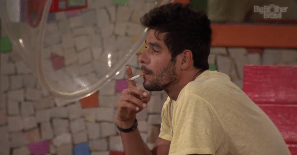 15.fev.2014 - Antes de dormir, Diego fuma o último cigarro