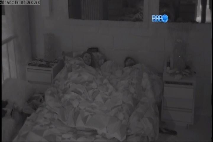 15.fev.2014 - Antes de dormir, Roni confessa que quase ficou com Globeleza