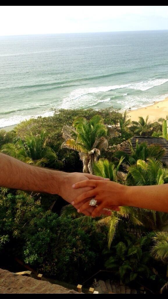15.fev.2014 - Christina Aguilera posta no Twitter imagem de seu anel de noivado com Matthew Rutler