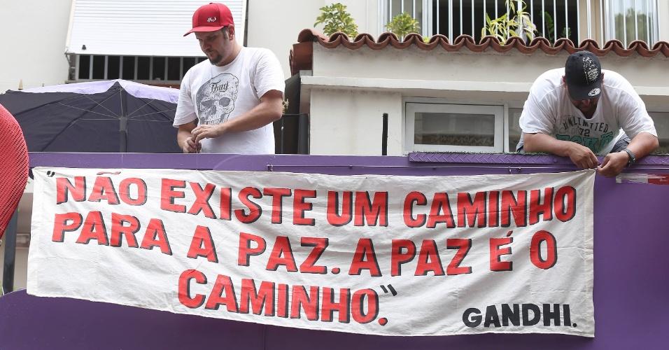 """15.fev.2014 - Foliões se divertem no bloco """"Imprensa Que Eu Gamo"""""""