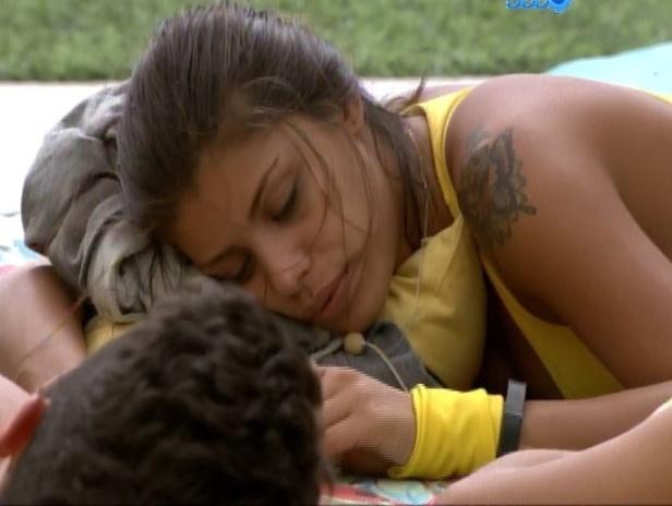 15.fev.2014 - Franciele conversa com Marcelo; aproximação dos dois têm provocado ciúmes em Diego
