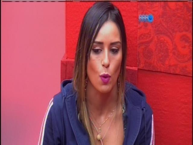 15.fev.2014 - Leticia conversa com Clara, Vanessa e Tatiele