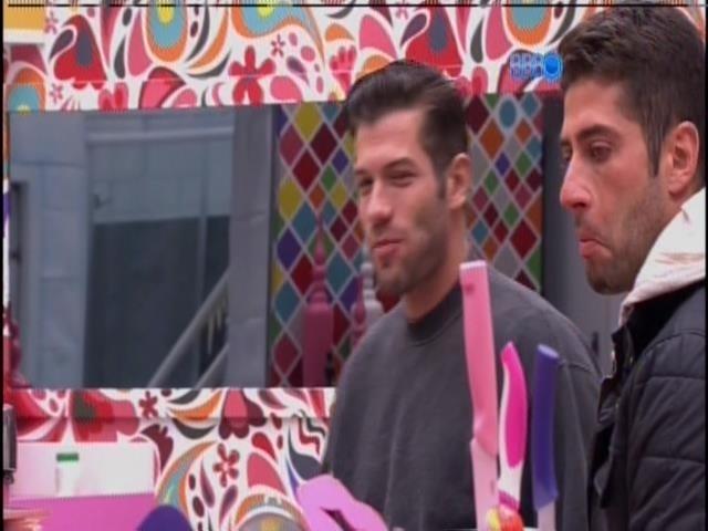 15.fev.2014 - Marcelo convida Roni para sentar, na cozinha da casa grande