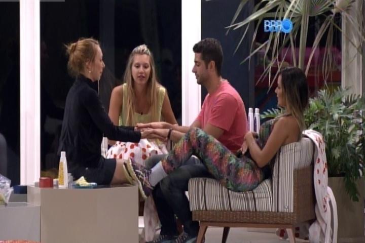 15.fev.2014 - Marcelo e Aline brincam de quem é mais ágil para dar tava na mão do outro
