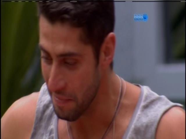 15.fev.2014 - Marcelo recebe carta da família e toma sorvete com Roni