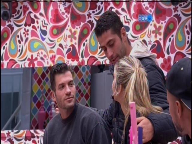 15.fev.2014 - Roni, Marcelo e Tatiele brincam na cozinha