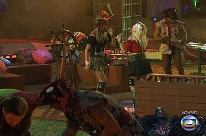 15.fev.2014 - Vestidos a caráter, brothers participam da Festa Pirata